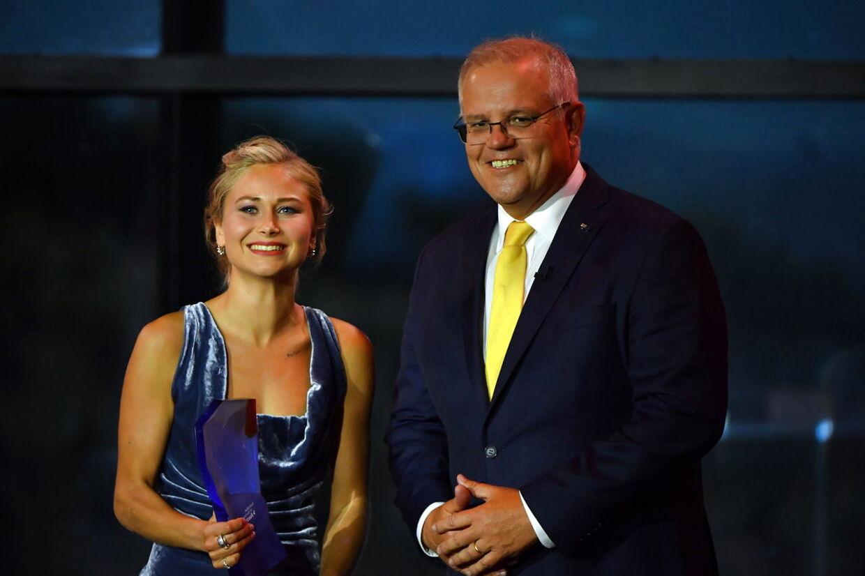 Den australske premierminister Scott Morrison overrakte prisen til Grace Tame.