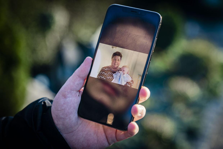 Her ses billede af 40-årige Anja Jensen sammen med et af sine tre børnebørn, der bliver døbt. 17. april døde Anja Jensen af blodprop i den ene lunge. Foto: Rasmus Laurvig/ Byrd