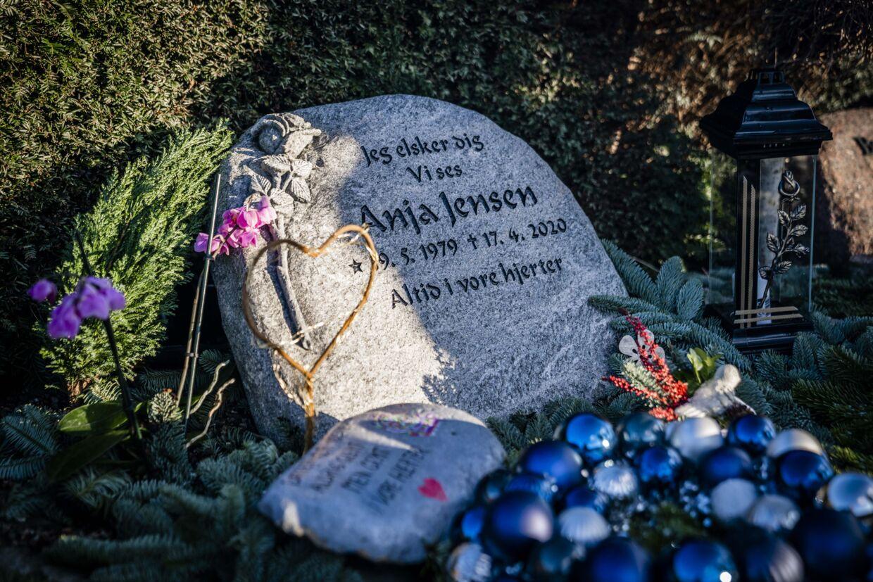 »Altid i vores hjerter,« står der på Anja Jensens gravplads på kirkegården i Grenaa. Foto: Rasmus Laurvig/ Byrd