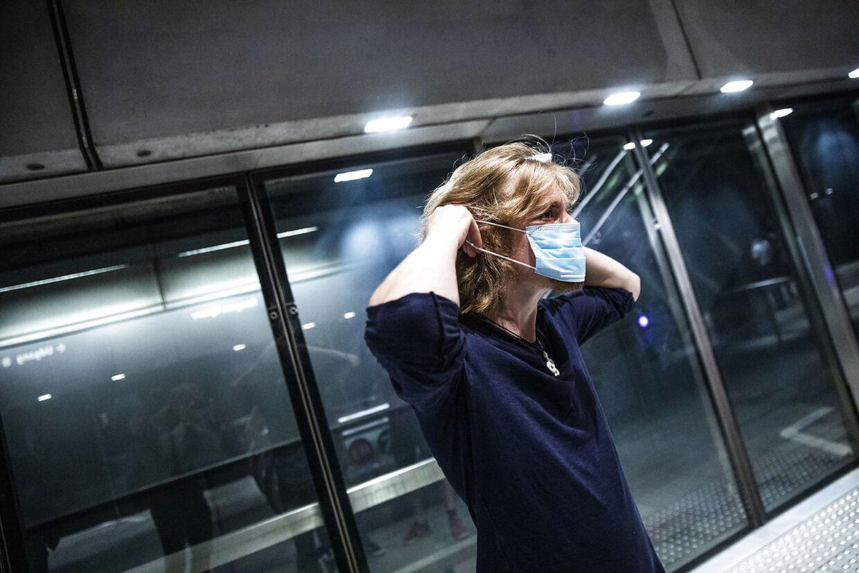 Der er krav om mundbind i offentlig transport, som her i Metroen i København.