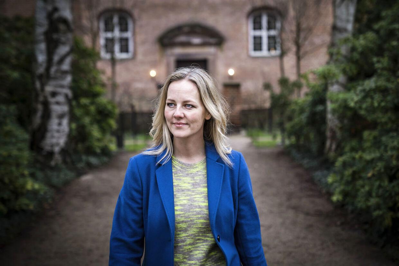 Ida Auken (R) i Det Kongelige Biblioteks Have, også kaldet Bibliotekshaven, ved Christiansborg.