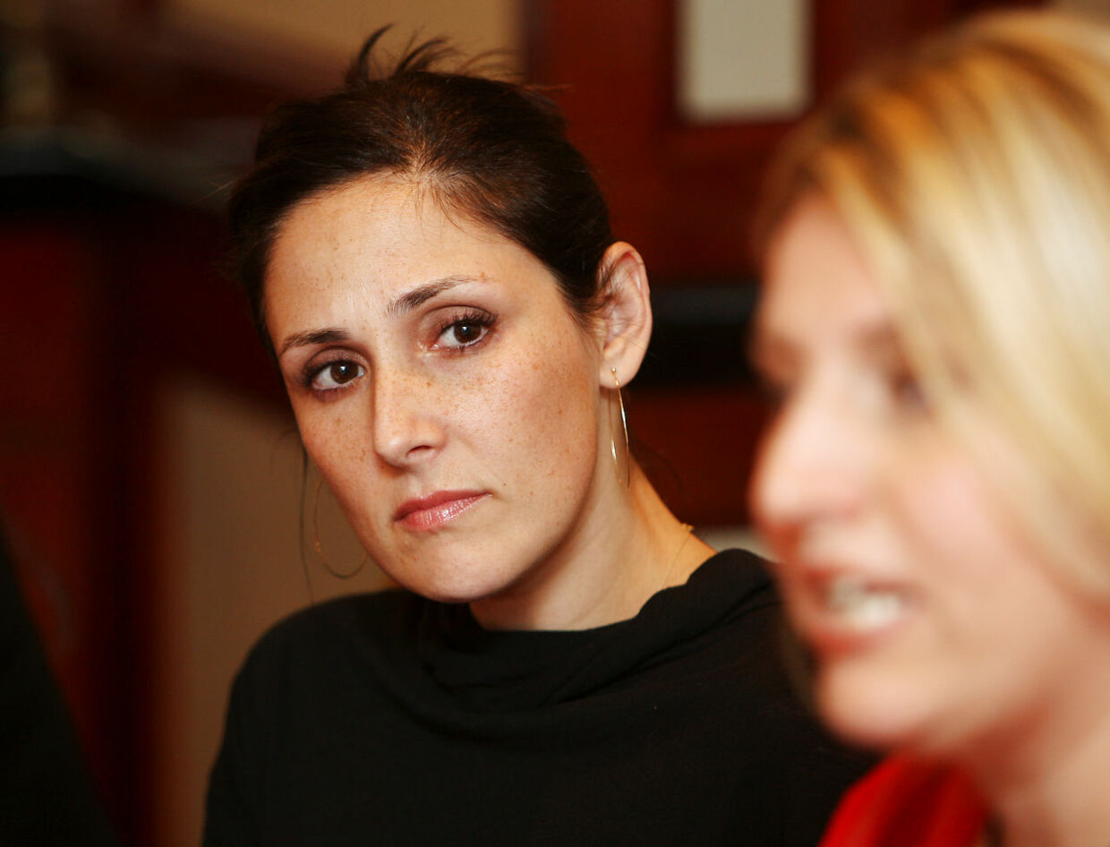 """Justine Caines (R), founder and president of the Australian political party """"What Women Want"""", watched by former US talk show host Ricki Lake (L), speaks at a press conference in Sydney, 02 November 2007. Australia's two major political parties had failed pregnant women because there was no promoted option for home birthing, Caines said. Lake was in Sydney to promote her film """"The Business of Being Born"""".  AFP PHOTO/Greg WOOD GREG WOOD / AFP"""