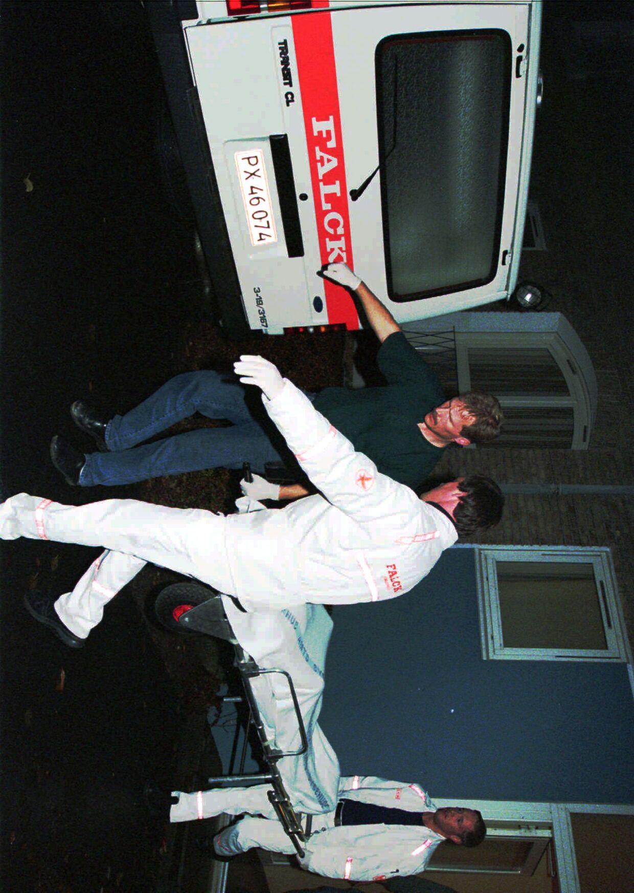 Her bliver liget af den nu 51-årige anholdtes første ekskone kørt væk, efter at den 20-årige kvinde i november 1995 blev dræbt af knivstik i sin lejlighed i Odder.
