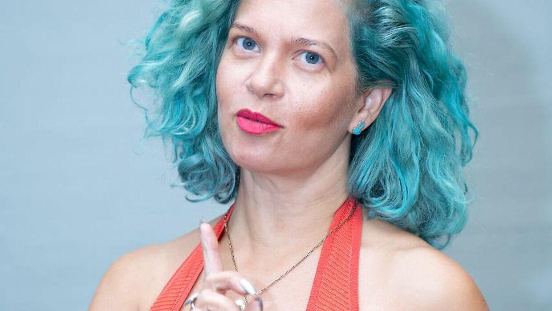 Radiovært Sara Bro har meget erfaring – det ser hendes chef ikke altid.