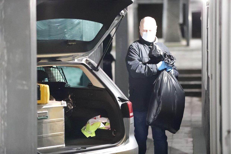 Kampklædte betjente og kriminalteknikere i hvide dragter under ransagninger i Holbæk lørdag 6. februar, hvor der blandt andet blev fundet flere skydevåben og kilovis af kemikalier - herunder fem kg svovl - der efter politiets opfattelse skulle bruges til et eller flere terrorangreb. (Foto: presse-fotos.dk/Ritzau Scanpix)