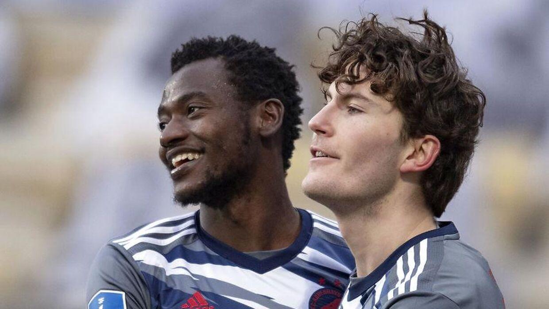 23-årige Mustapha Bundu (tv.) og Jonas Wind under superligakampen mellem AC Horsens og FC København.