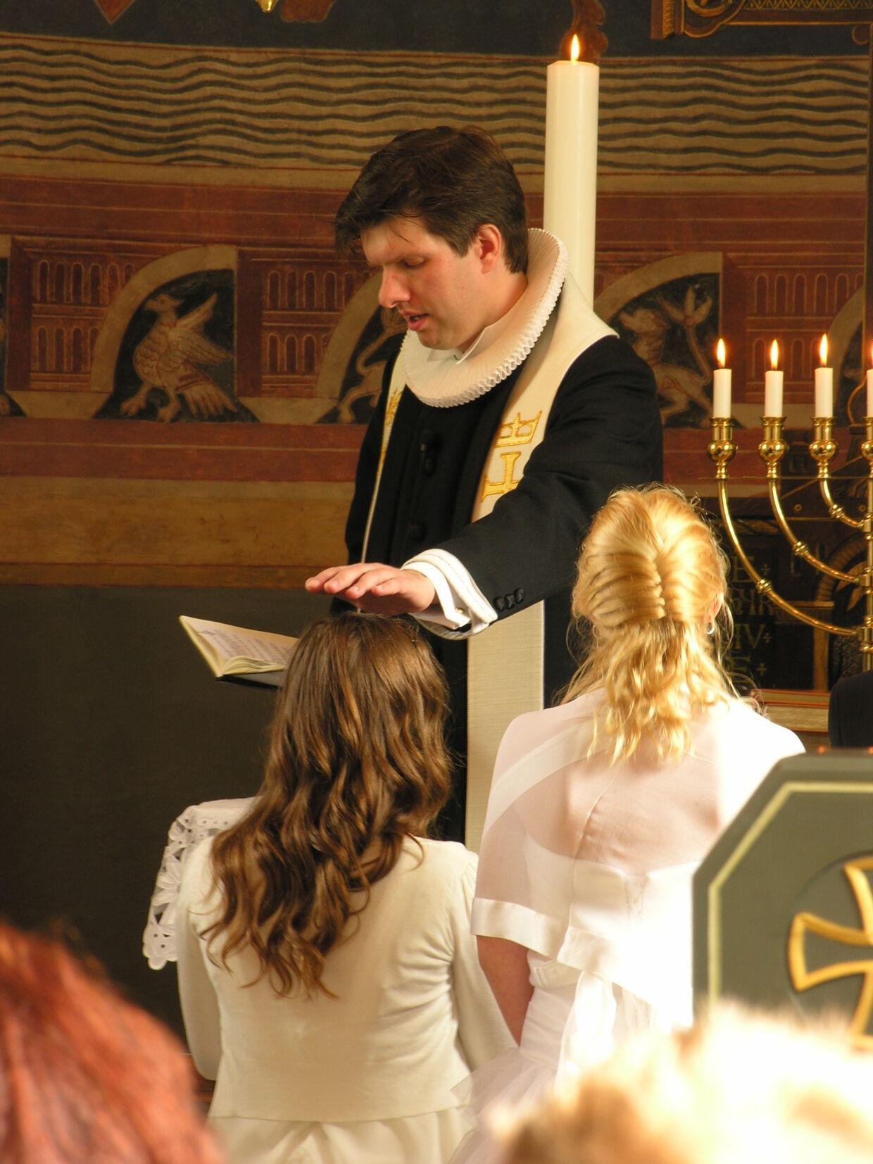 Præsten Thomas Gotthard under en konfirmation i Skibby Kirke.