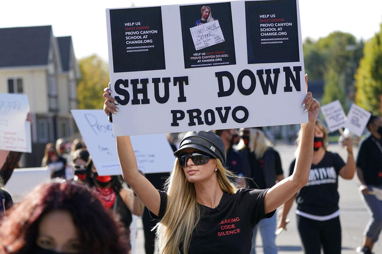 Paris Hilton forrest i en demonstration mod kostskolen i Utah. Billedet er taget i oktober.