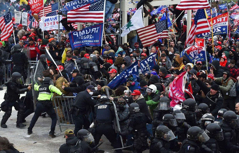 Vrede Trump-tilhængere i kamp med politiet foran Kongressen 6. januar 2021.