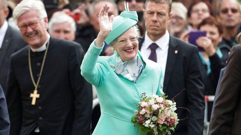 Dronning Margethe uddeler ordener i Danmark, men får vejledende råd fra eksempelvis ministerierne.