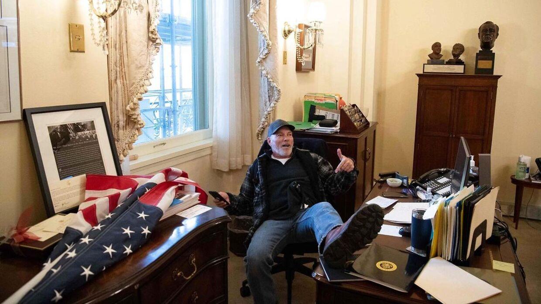 Uromagere fandt også vej til Nancy Pelosis kontor under stormen på Kongressen. Blandt andre Richard Barnett, som her ses på top-demokratens kontor.