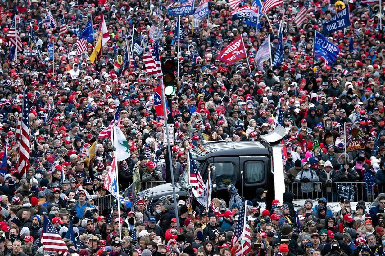 Tusinder af Trump-tilhængere var forsamlet i Washington 6. januar. I en tale opfordrede Trump tilhængerne til at 'marchere mod Kongressen'. Kort efter blev kongres-bygningen angrebet.