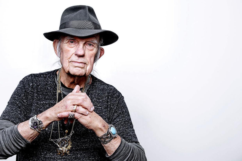 Forfatter, journalist og sportskommentator Kurt Thyboe mistede for nyligt sin elskede kone Marianne. Han går rundt med hendes smykker for at mindes hende og have hende tæt på sit hjerte.