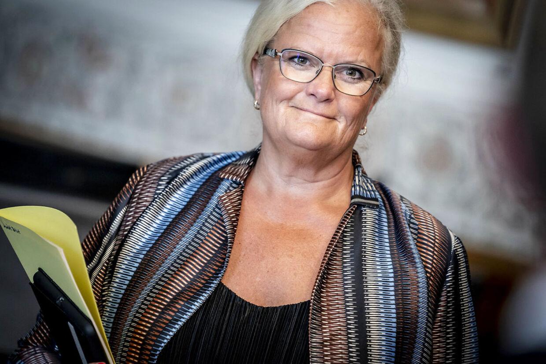 Liselott Blixt (DF) ankommer til forhandlinger om næste fase af genåbningen, den såkaldte fase 4 i Landstingssalen på Christiansborg i København, onsdag 12. august 2020. Blandt andet skal der forhandles om genåbning af uddannelser, der ikke har fået lov til at åbne endnu, diskoteker, spillesteder og natteliv samt yderligere dele af indendørs sports- og fritidsfaciliteter. (Foto: Mads Claus Rasmussen/Ritzau Scanpix)
