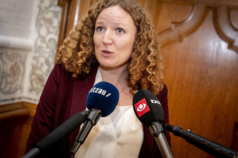 Rosa Lund (EL) kan ikke forsvare, at de folkevalgte giver sig selv en lønstigning, mens de offentlige ansatte må udvise mådehold, da de skulle forhandle nye overenskomster. (Foto: Mads Claus Rasmussen/Ritzau Scanpix)