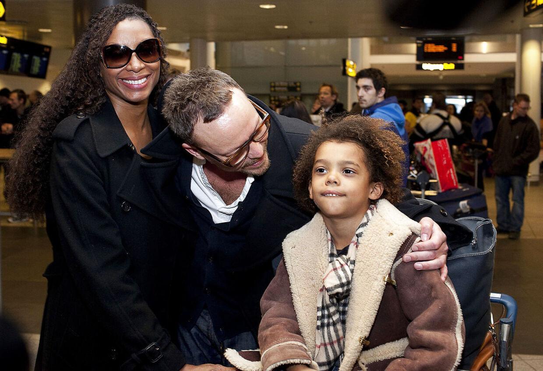 Carsten Soulshock modtager sin familie i lufthavnen.