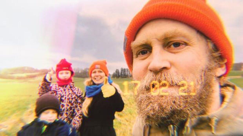 Rasmus med familien i baggrunden