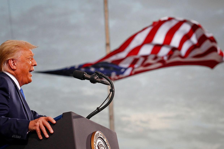 Donald Trump taler ved vælgermøde i Florida.