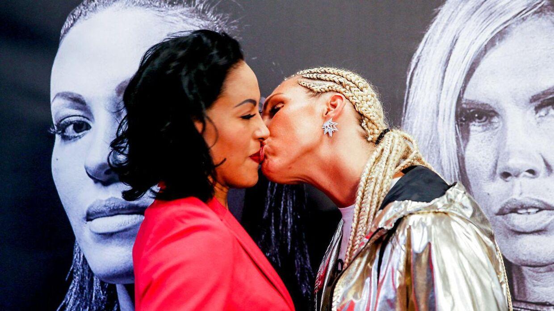 Mikaela Lauren kysser Brækhus. (NTB Scanpix/Orn E. Borgen)