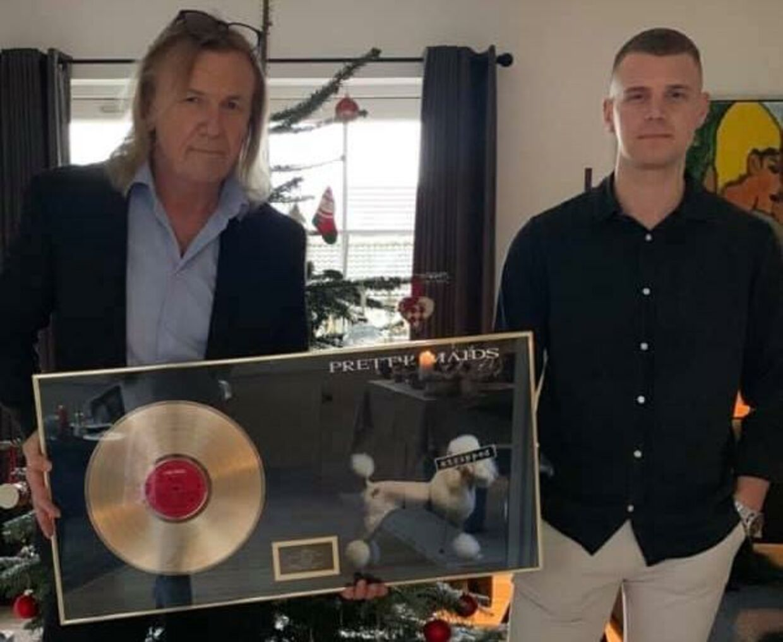 Det var hårdt at skulle fortælle børnene, at kræften var vendt tilbage. Her ses Paul Christensen dog i et stolt øjeblik med sønnen, Patrick, som arbejder på pladeselskabet Sony Music og for et par år siden kunne overrække sin far en guldplade for Pretty Maids-albummet 'Stripped'.