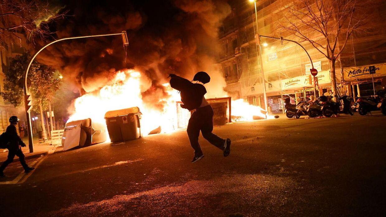 Billede fra urolighederne i Barcelona natten til fredag.
