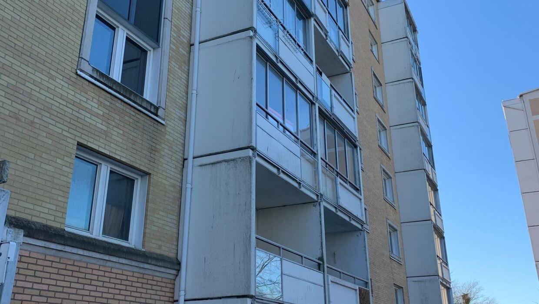 Ved en razzia i denne lejlighed i Malmö fandt politiet en koran, hvori der var overstreget passager om vantro.