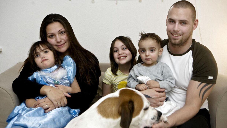 Arkivfoto af 'Årgang 0'-Stephanie med sin mor, Christina, sine fire yngre søskende samt sin daværende stedfar Martin Rohrberg.