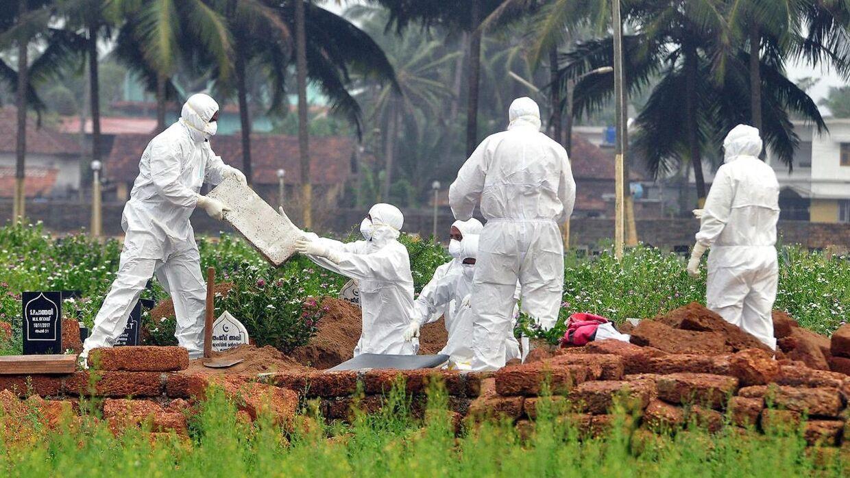 Tilbage i 2018 hærgede Nipah-virussen i Indien. Her begraves en inder.