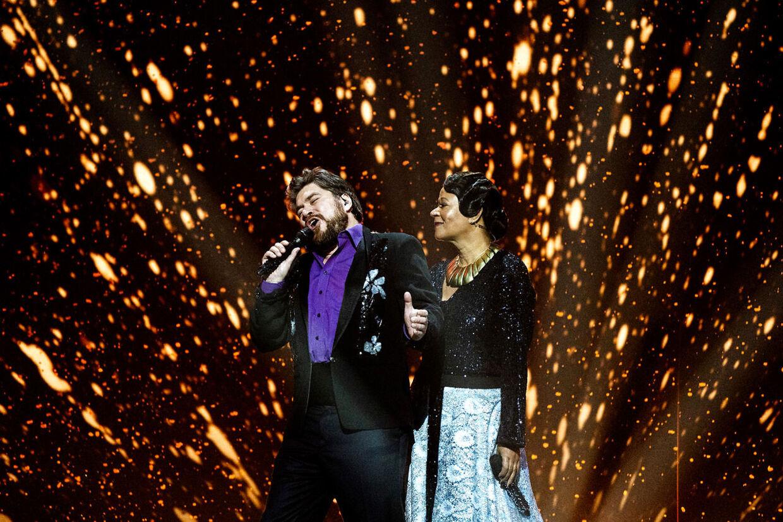 Værterne Rasmus Bjerg og Hella Joof. Dansk Melodi Grand Prix 2020 i Royal Arena, København, lørdag den 7. marts 2020.