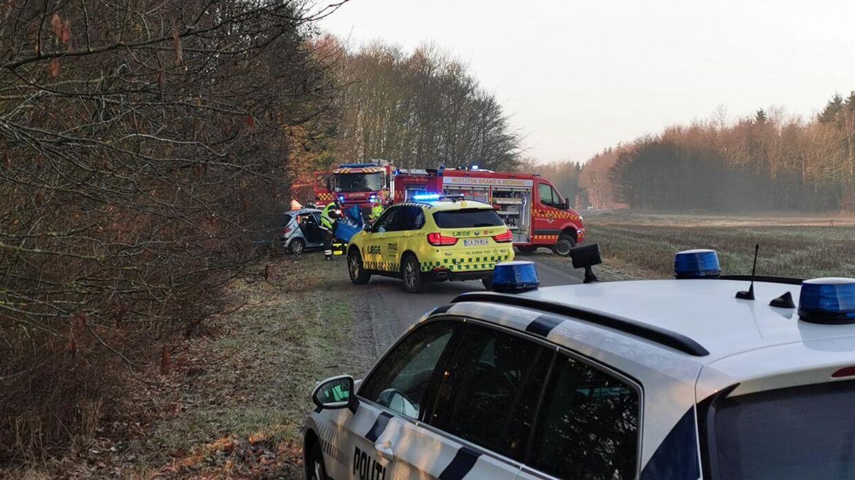 Politi og redningsfolk måtte hjælpe bilisten ud af bilen efter ulykken. (Foto: Byrd)