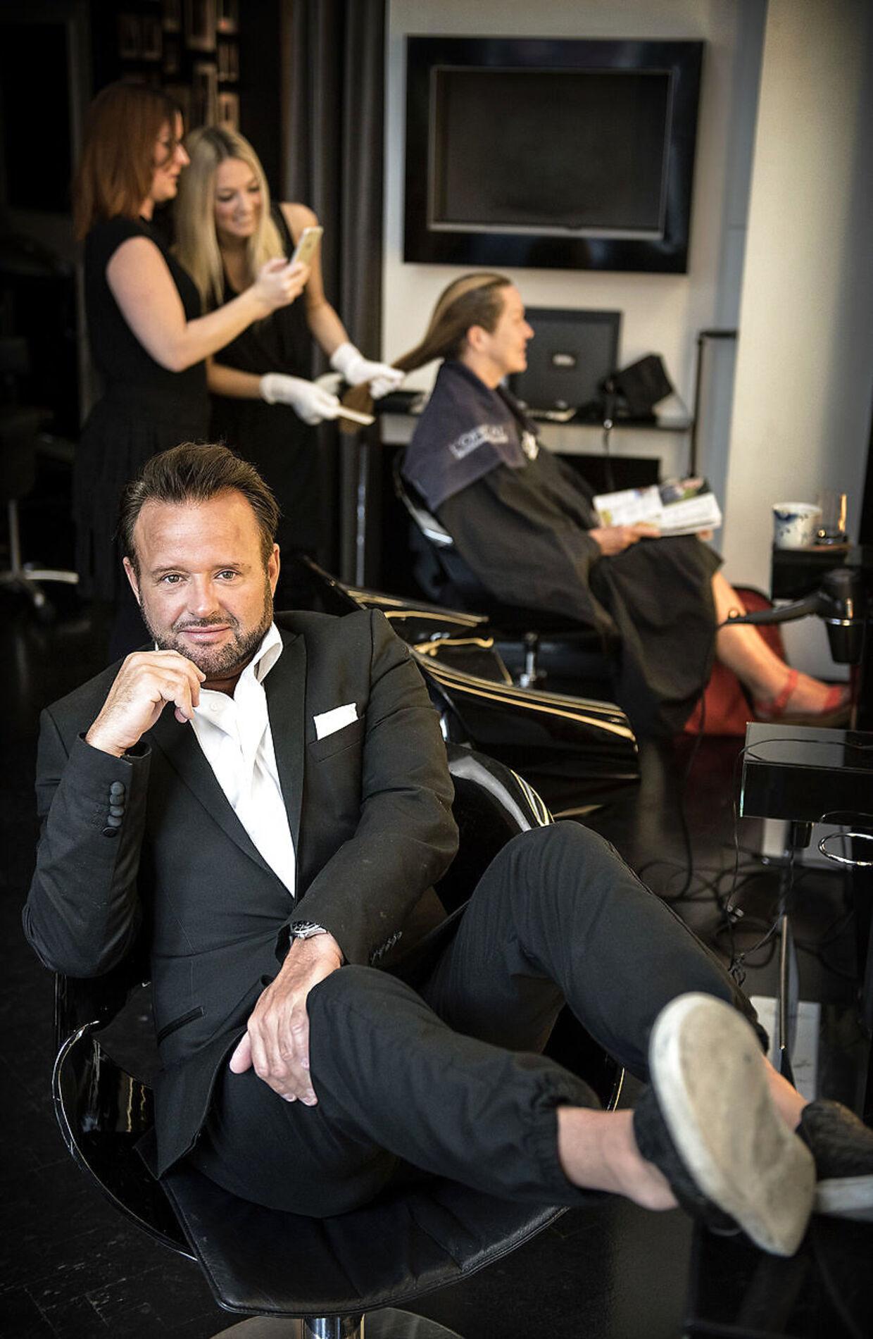 Dennis Knudsen åbnede i maj en ny stor salon i København. Nu er han ved at være presset på økonomien.