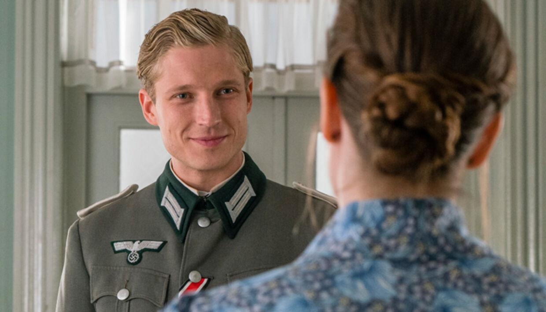 Anton Rubtsov som den tyske løjtnant Uwe Kiessling og Amalie Dollerup som Amanda.