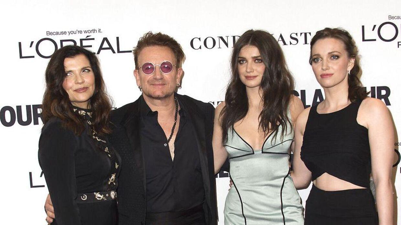 Arkivfoto af (fra venstre mod højre) Bonos kone, Ali Hewson, musikeren selv, Eve Hewson og Bonos anden datter, Jordan Hewson i 2016.