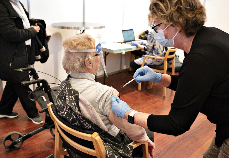 Ældre på plejehjem er nu vaccineret. Nu skal sundhedspersonale vaccineres.
