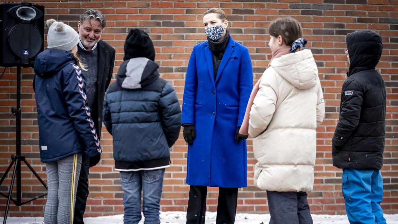 Mette Frederiksen byder velkommen tilbage til skolebørn i Lejre. Det har ikke haft målbar effekt på smitten, at børnene er vendt tilbage. Det mente Statens Serum Institut ellers.