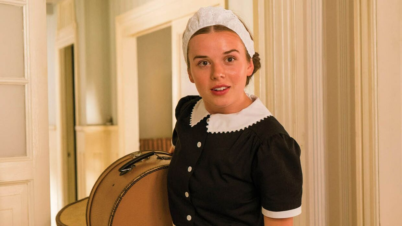 Laura Kjær som stuepigen Nana i 'Badehotellet'.
