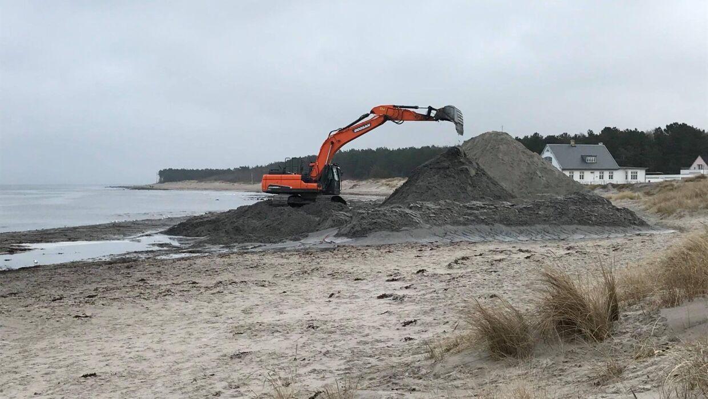 Den årlige sandflytning er i gang på stranden i Hornbæk. Foto: Hornbæk Havn