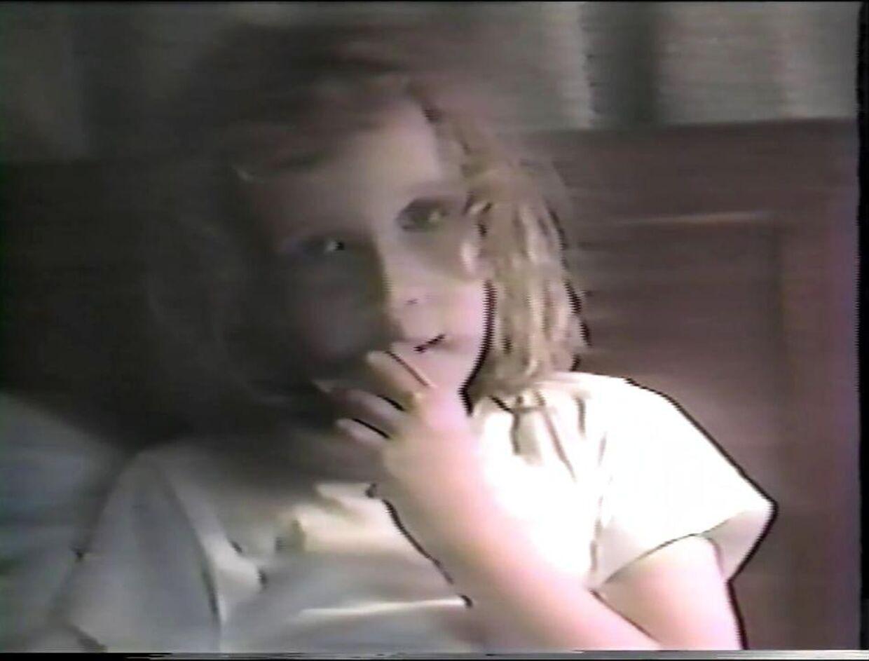 Her en af de optagelser, Mia Farrow lavede af sin datter i dagene efter det påståede overgreb.