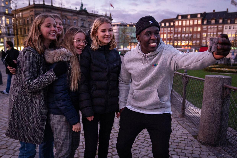 Komiker Melvin Kakooza er populær, og han skulle have været årets 'X Factor'-vært. Men det kan han desvære ikke nu, hvor han er sygemeldt.