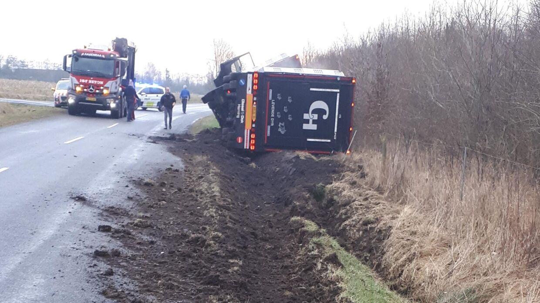En svinetransport væltede tirsdag formiddag ved Rødekro i Sønderjylland. 420 svin måtte omlæsses.