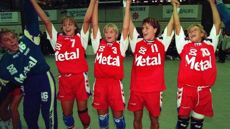 Susanne Munk Lauridsen (i dag Wilbek, red.), Anja Byrial Hansen, Rikke Solberg, Anja Andersen og Conny Hamann jubler.