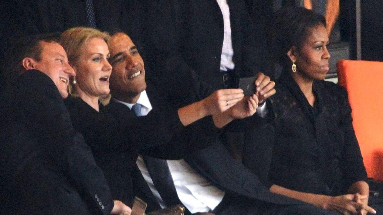 Det gik verden rundt, da USAs præsident pludselig sad og tog billeder med en smart kvinde, som ikke var hans kone. Og der gik et stykke tid, før amerikanerne fandt ud af, hvem den blonde kvinde var.