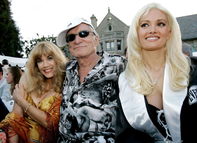 Hugh Hefner grundlage Playboy-magasinet. Her ses han med sin tidligere kæreste Barbie og Holly Madison.