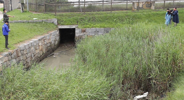 Her ses en regnvandstunnel som den afhopperen krøb igennem. Bemærk grænsehegnet i baggrunden.