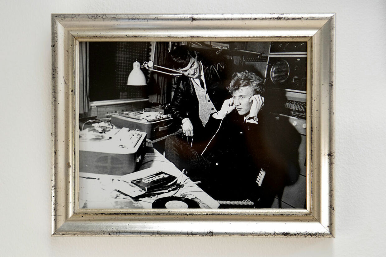 En ung Jørgen de Mylius i radiostudiet.