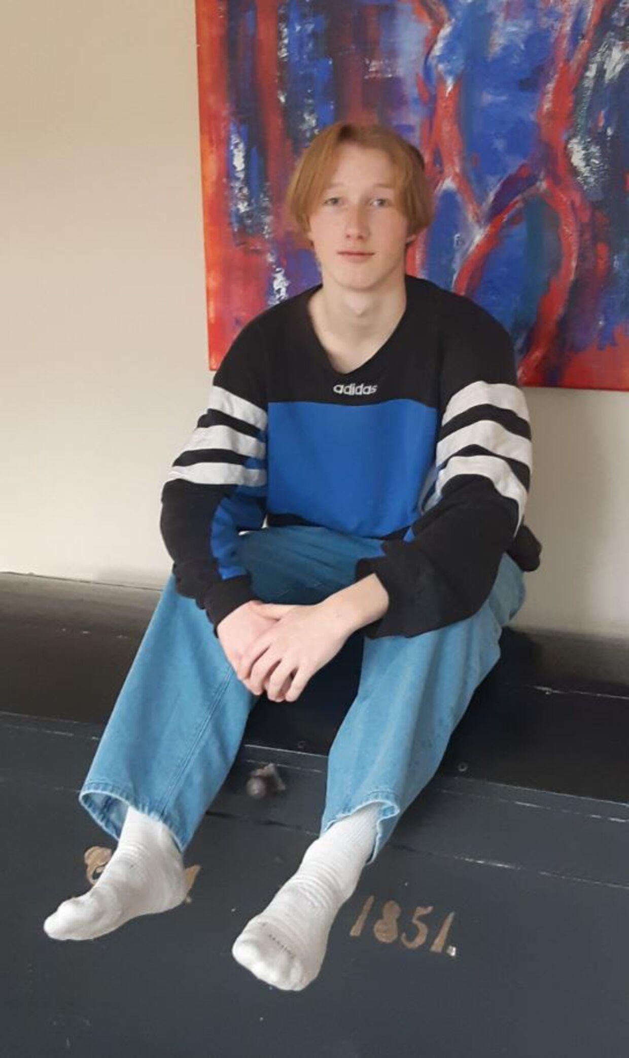 Frederik Rasmussen burde have været på efterskole nu - men nedlukningen holder ham hjemme, hvor dagene falder i et med hinanden og vennerne mest findes på computerskærmen.