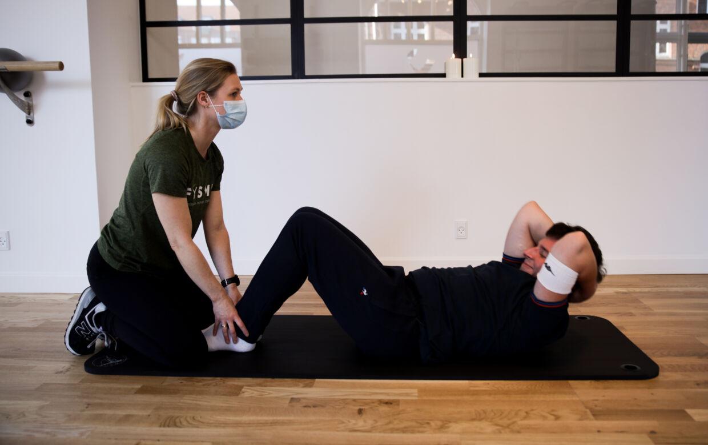 Balancen og førligheden bliver trænet ved ugentlige besøg hos fysioterapeuten.