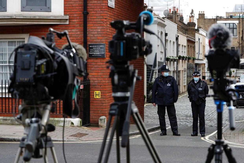 Pressefolk og politi foran King Edward VII's Hospital, hvor prins Philip i øjeblikket er indlagt.