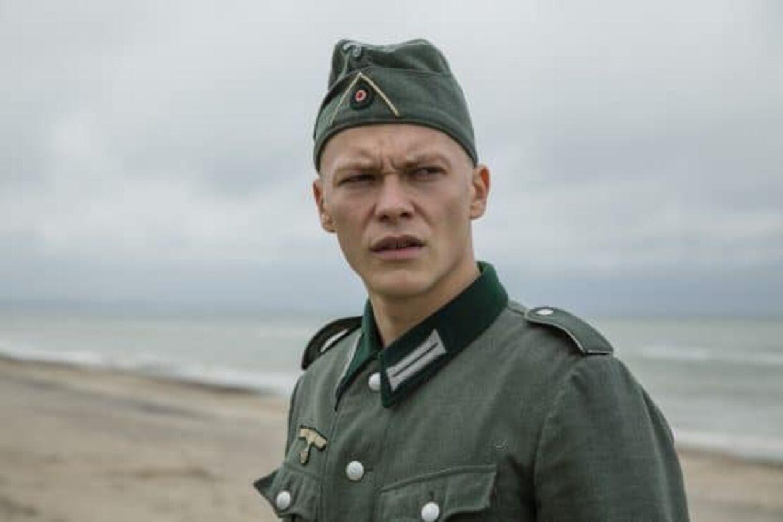 Menig Botho spilles af den tyske skuespiller Julius Nitschkoff.