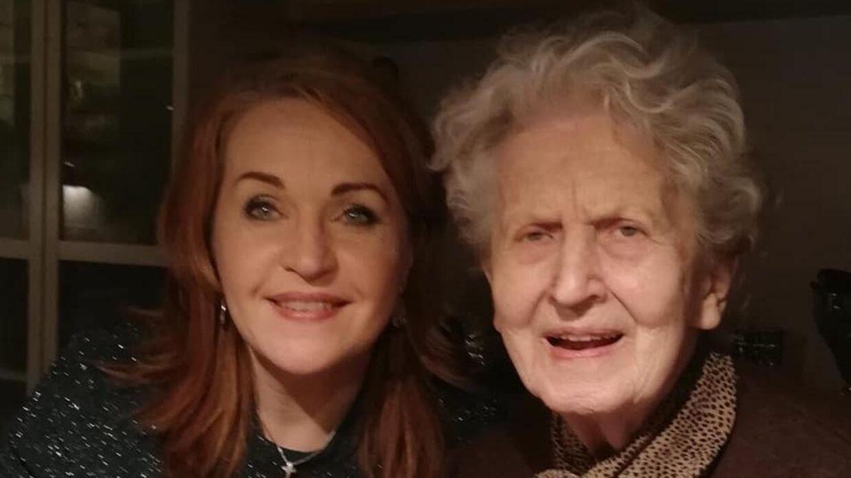 »Hun var der for familien – både børn, børnebørn og oldebørn. Hun var den elskede mormor,« fortæller Tina. Foto: Privat